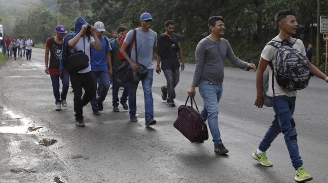 tral_america_migrant_caravan.jpg_ga3xtzx_t1200